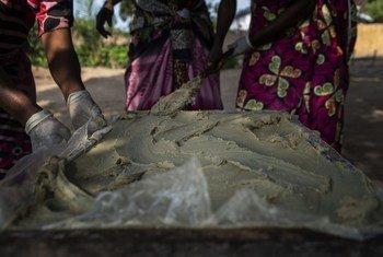 刚果民主共和国坦噶尼喀省卡巴洛地区的妇女在制作肥皂,这是世界粮食计划署实施的经济赋权计划的一部分。