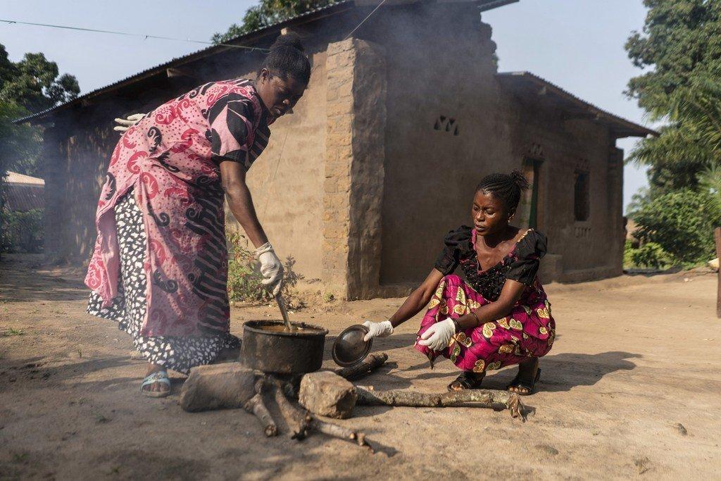 امرأتان في الكونغو الديمقراطية تطبخان باستخدام الحطب.