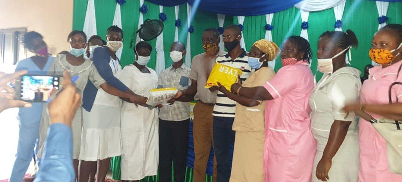 科伊度市长Komba Sam 先生将中国服务贸易协会捐赠的2000个口罩移交给政府医院。