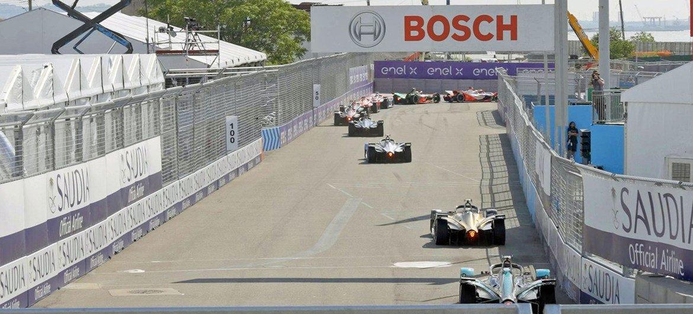 Una carrera de coches Formula E en el vecindario de Red Hook, en Brooklyn, Nueva York.