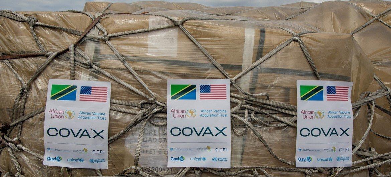 Des vaccins contre la Covid-19, livrés par le biais du mécanisme COVAX, arrivent en Tanzanie.