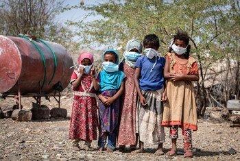 यमन के ग्रामीण इलाक़ों में बहुत से लोगों को तीव्र भुखमरी के हालात का सामना करना पड़ रहा है.