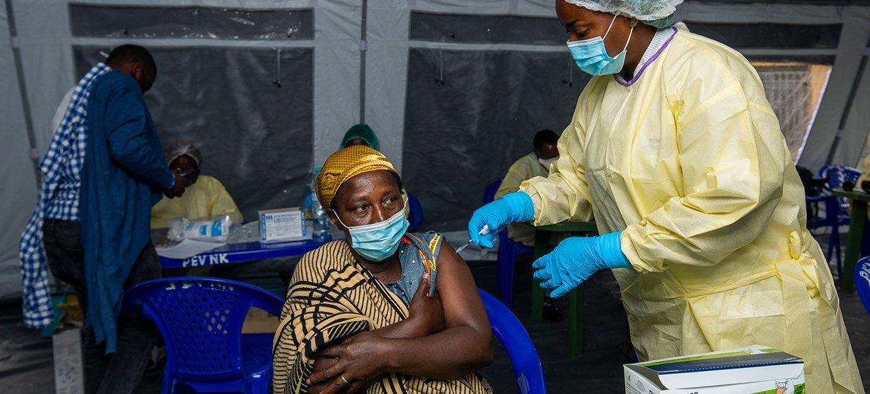 Una mujer recibe su vacuna COVID-19 en la República Democrática del Congo.