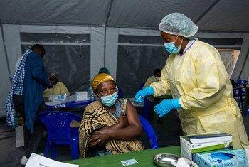 Mulher recebe a vacina contra a Covid-19 na RD Congo
