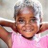 Mtoto Blessing, mwenye umri wa miaka minne huenda na mama yake katika kliniki ya chanjo iliyoanzishwa na UNICEF kwenye viunga vya mji mkuu wa Zambia, Lusaka.