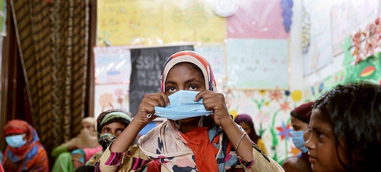 नई दिल्ली के बाटला हाउस इलाक़े में एक सामुदायिक केन्द्र में महिलाएँ व बच्चे.