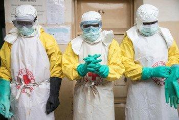 Katika eneo la Butembo mashariki mwa DR Congo, wafanyakazi wa shirika la Msalaba Mwekundu wakiwa katika mavazi maalumu ili  kukinga kusambaza ugonjwa wa Ebola wakati wa maziko. (Agosti 2019)
