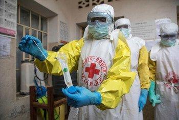 Une équipe de la Croix-Rouge prépare un enterrement sécurisé d'une victime d'Ebola, en août 2019.