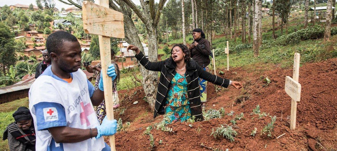 Uma residente  de Butembo, no leste da República Democrática do Congo, lamenta a perda de uma vítima do ebola em um cemitério na cidade.