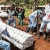 Dans le cadre de la riposte à l'épidémie d'Ebola, la Croix-Rouge collabore avec l'OMS et le ministère de la santé de la RDC pour assurer des sépultures sûres afin d'empêcher la propagation du virus mortel. (août 2019)