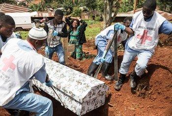 1998 человек скончались в результате нынешней вспышки Эболы в ДРК. Безопасная процедура захоронения умерших – один из способов борьбы с распространением заболевания.