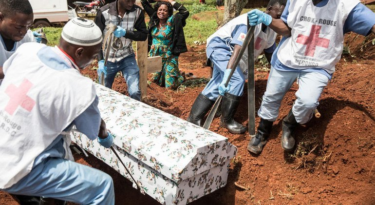 As part of the response to the outbreak of Ebola, the Red Cross has been working with the World Health Organization (WHO) and the Ministry of Health of the Democratic Republic of the Congo (DRC) ensure safe burials to help stop the spread of the deadly disease. (August 2019)