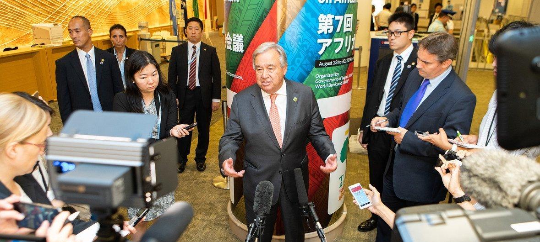 जापान के योकोहामा में सातवें टोकियो अंतरराष्ट्रीय अफ्रीका विकास सम्मेलन के मौक़े पर मीडियो को संबोधित करते हुए - महासचिव एंतोनियो गुटेरेश. (29 अगस्त 2019)