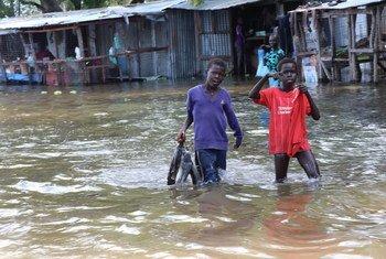 Watoto wakitembea katika maji ya mafuriko katika jimbo la Jonglei, Sudan Kusini.