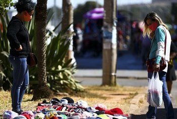 La desacelaración económica en América Latina y el impacto de la pandemia en los trabajadores del sector informal se refleja en las calles de Brasil.