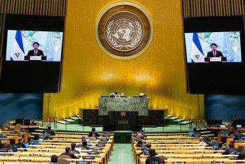 El ministro de relaciones exteriores de Nicaragua, Denis Ronaldo Moncada Colindres (en las pantallas), interviene en el debate general del septuagésimo quinto período de sesiones de la Asamblea General.