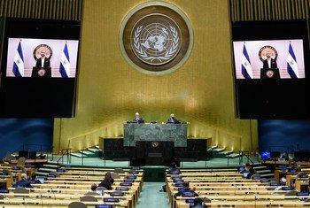 El Presidente Nayib Armando Bukele (en las pantallas) de El Salvador se dirige al debate general del septuagésimo quinto período de sesiones de la Asamblea General.