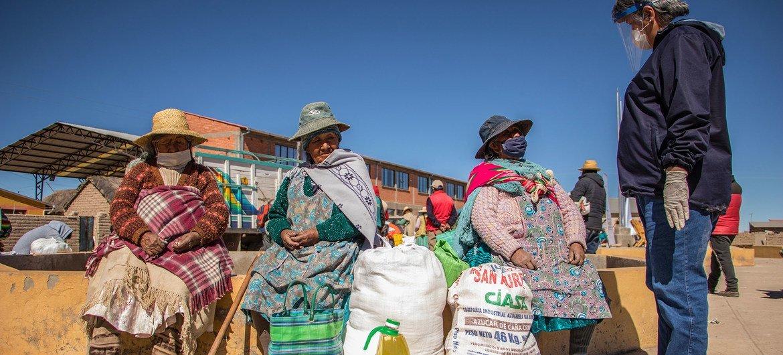 世界粮食计划署驻玻利维亚代表与乌鲁-穆拉托土著妇女就新冠知识和有利健康和营养的做法进行了交流。