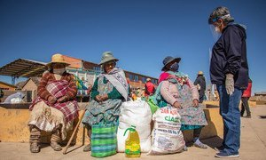 Indigenous women in Bolivia speak to a WFP official about the coronavirus pandemic and healthy nutrition.