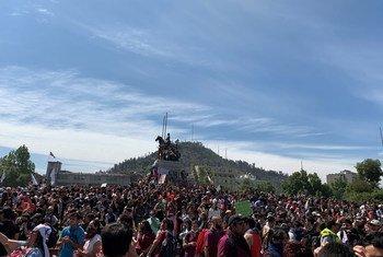 Waandamanaji katika mitaa ya Santiago nchini Chile.