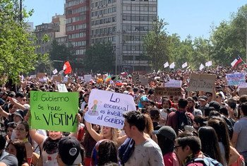चिली के सेण्टियागो में सड़कों पर प्रदर्शनकारी