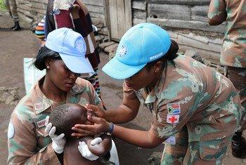 جنود حفظ سلام من جنوب أفريقيا في جمهورية الكونغو الديمقراطية يزورون ميتما في إقليم كيفو الشمالي.