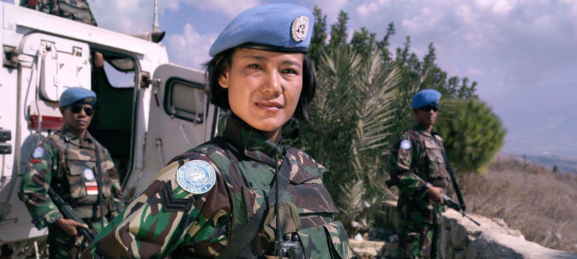 Una agente indonesia de mantenimiento de la paz  de la Fuerza Provisional de las Naciones Unidas en el Líbano patrullando. Octubre de 2012.