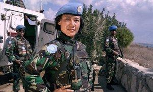 من الأرشيف: جندية حفظ سلام إندونيسية في قوة الأمم المتحدة المؤقتة في لبنان (اليونيفيل)، أثناء القيام بدوريات على طول الخط الأزرق.