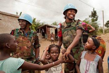 2012年8月,在联合国科特迪瓦行动(联科行动)任职的马拉维藉维和人员向儿童打招呼。