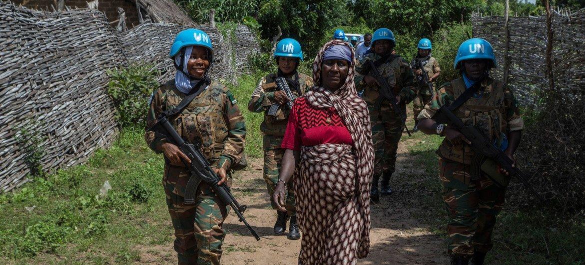 赞比亚妇女维和人员在中非共和国东北部巡逻,这是联合国中非稳定团的任务之一。