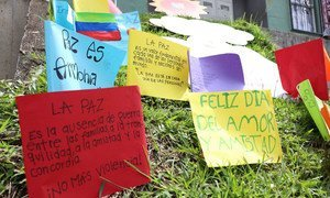 Mensajes de paz escritos por niños cuelgan en un muro de las comunas de Medellín.