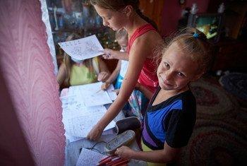 Эти украинские девочки, похоже, учатся дома под карантином с тем же энтузиазмом, что и в школе.