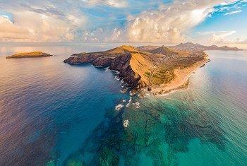 Reserva da Biosfera da Ilha de Porto Santo, em Portugal, combina áreas terrestres e marinhas.