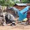 Des membres de la communauté autochtone Mbuti près de leurs abris de fortune pour personnes déplacées sur le territoire de Beni, dans la province du Nord-Kivu.