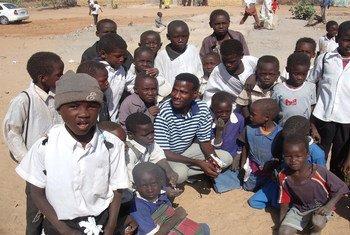 عبدالمنعم مكي مع مجموعة من الأطفال النازحين في معسكر سكلي بالقرب من مدينة نيالا في ولاية جنوب دارفور.