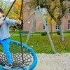 Un garçon joue dehors dans un centre pour demandeurs d'asile à Baexem, aux Pays-Bas.