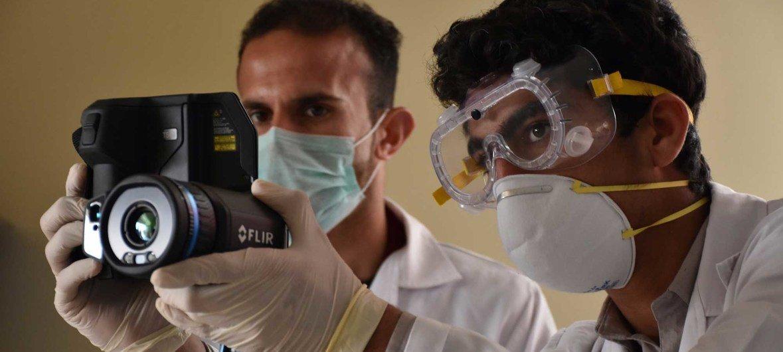 在与伊朗接壤的阿富汗伊斯兰卡拉边境,卫生工作者站在前线,应对新冠疫情造成的威胁。