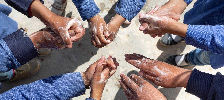 Niños en Jordania durante una demostración de cómo lavarse las manos, una de las mejores protecciones contra el coronavirus COVID-19.