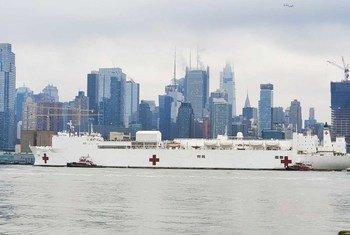 Un buque hospital llega a la ciudad de Nueva York, una de las más afectadas en el mundo por el coronavirus COVID-19.