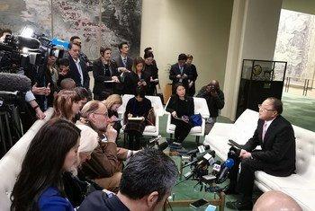 中国常驻联合国代表张军在世界卫生组织宣布新型冠状病毒疫情为国际关注的突发紧急公共卫生事件后向驻联合国的记者发表谈话。(2020年1月30日)