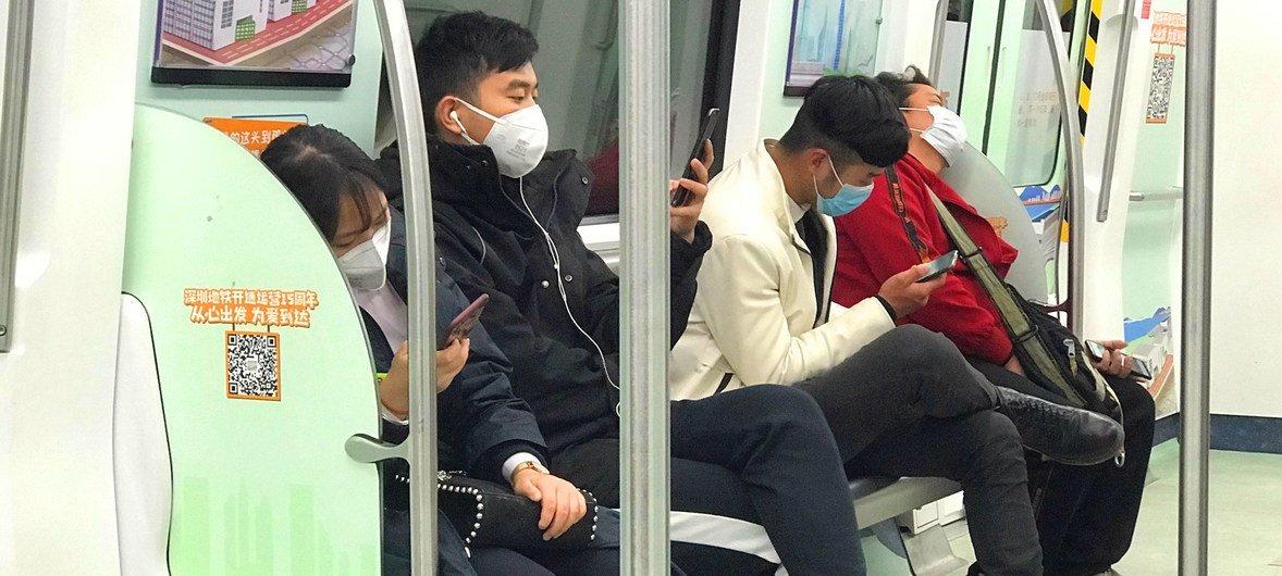Pasajeros utilizan mascarillas en el tren de Schenzhen, China.