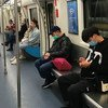 Passageiros usam máscaras no metrô em Shenzhen, China.