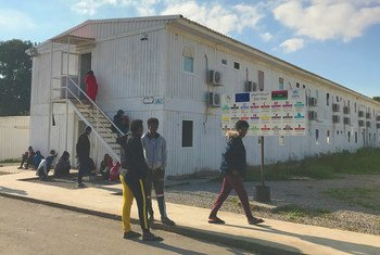 لاجئون في مركز التجمع والمغادرة التابع لمفوضية شؤون اللاجئين في العاصمة الليبية طرابلس.