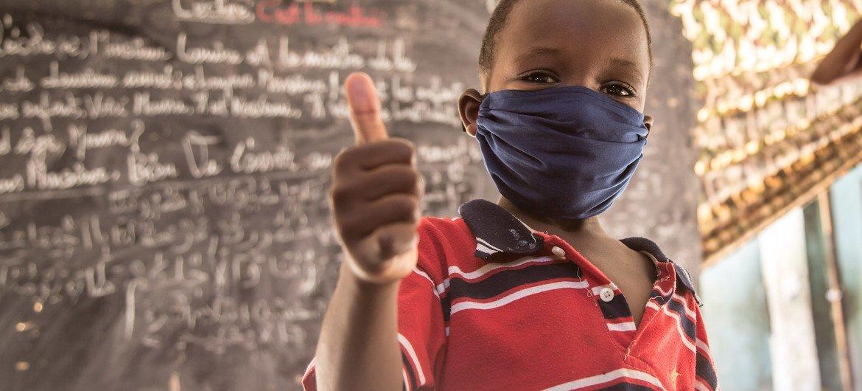 Mtoto wa umri wa miaka 8 Nouakchott, nchini Mauritania baada ya kupokea mafunzo ya kuzuia COVID-19.