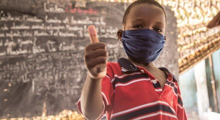 طفل يشير بإصبع الإبهام بعد جلسة حول رفع مستوى الوعي بشأن الوقاية من كوفيد-19، في موريتانيا.