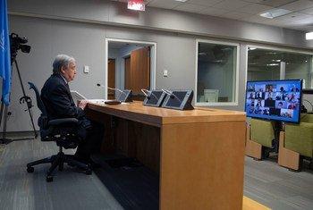Secretário-geral falando aos jornalistas, pela internet, sobre a pandemia