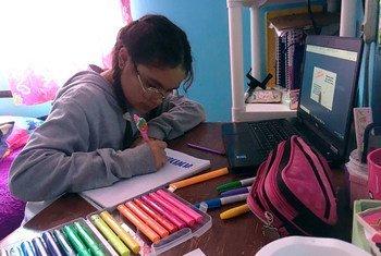 Lupita Heras, de 13 años, originaria de Pachuca, Hidalgo en México, cursa el primer año de secundaria y participa en su clase en línea.
