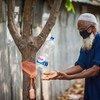 Пандемия стала особенно тяжелым испытанием для пожилых людей. На фото: житель Бангладеш.