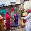 社区工作者正在孟加拉国的城市贫民区内宣传防疫知识。
