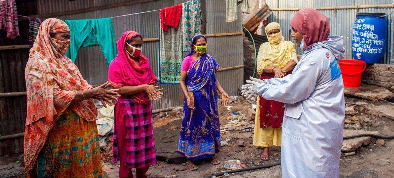 Wafanyakazi wa kijamii wanaowezeshwa na Umoja wa Mataifa, wakihamasisha umma kuhusu mbinu za kujikinga na COVID-19 na kusambaza vifaa vya kujisafi miongoni mwa kaya maskini nchini Bangladesh.